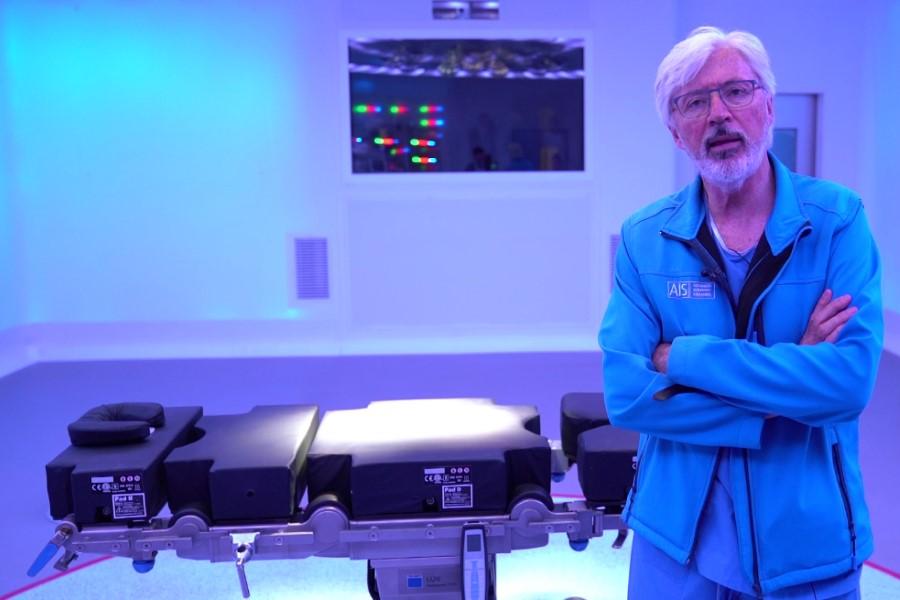 Dr. Antonio de Lacy en el qurirófano Optimus que será el primero con 5G en el mundo